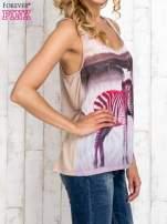 Beżowa bluzka koszulowa z nadrukiem w zebry                                  zdj.                                  3