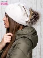 Beżowa czapka z błyszczącym nadrukiem i pomponem