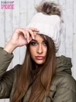 Beżowa czapka ze srebrną nitką i futrzanym pomponem                                  zdj.                                  1
