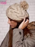 Beżowa dziergana czapka z pomponem                                   zdj.                                  2