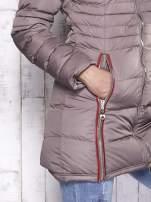 Beżowy pikowany płaszcz ze złotymi suwakami                                                                          zdj.                                                                         5