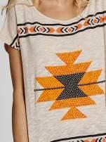 Beżowy t-shirt we wzory azteckie z dżetami                                                                          zdj.                                                                         4