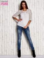 Biała bluzka z ażurowym dekoltem i rękawami                                  zdj.                                  2