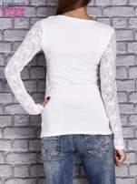 Biała bluzka z ażurowymi rękawami                                  zdj.                                  4