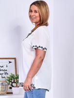 Biała bluzka z haftowanym wykończeniem PLUS SIZE                                  zdj.                                  2