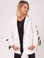 Biała jeansowa kurtka ze sznurowaniem na rękawach                                  zdj.                                  4
