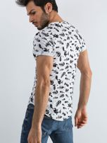Biała koszulka męska we wzory                                  zdj.                                  2