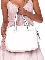 Biała owalna torebka z karbowaną wstawką w kwiaty                                  zdj.                                  4