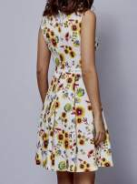 Biała rozkloszowana sukienka w czerwone kwiaty                                  zdj.                                  3