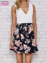 Biała sukienka skater z kwiatowym dołem