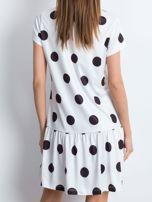 Biała sukienka w grochy z szeroką falbaną                                  zdj.                                  2