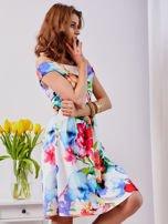 Biała sukienka w kolorowe kwiaty                                  zdj.                                  8