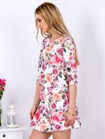 Biała sukienka w kolorowe kwiaty z gumką w pasie                                  zdj.                                  5