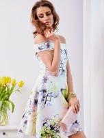 Biała sukienka z odkrytymi ramionami w kwiaty                                  zdj.                                  6