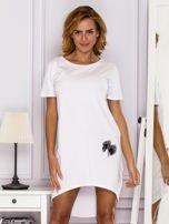 Biała sukienka z ozdobną kieszonką                                  zdj.                                  1