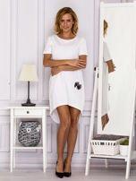 Biała sukienka z ozdobną kieszonką                                  zdj.                                  4