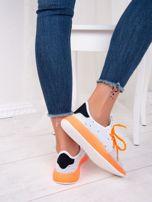 Białe dzianinowe buty sportowe z neopomarańczowymi elementami                                  zdj.                                  6
