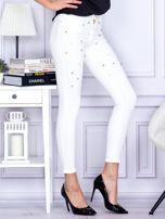 Białe jeansowe spodnie rurki z perełkami                                  zdj.                                  5
