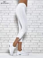 Białe legginsy sportowe 7/8 z wiązaniem                                  zdj.                                  2