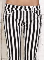 Białe spodnie rurki w czarne pionowe pasy                                  zdj.                                  4