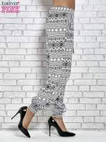 Białe zwiewne spodnie alladynki we wzór aztecki                                  zdj.                                  3