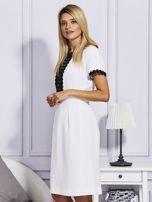 Biało-czarna sukienka z ozdobnym wykończeniem                                  zdj.                                  3