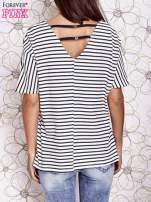 Biało-czarny t-shirt w paski z ozdobnym dekoltem na plecach                                  zdj.                                  4