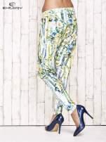 Biało-niebieskie lejące spodnie z kolorowymi paskami                                  zdj.                                  2