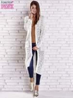 Beżowy ażurowany sweter z kieszeniami                                                                          zdj.                                                                         3