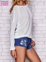 Biały błyszczący sweter z koronkowymi wstawkami                                  zdj.                                  3