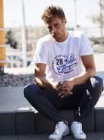 Biały t-shirt męski z napisem CHAMPION i liczbą 28                                                                          zdj.                                                                         1