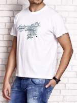 Biały t-shirt męski ze sportowym nadrukiem i napisami                                  zdj.                                  4