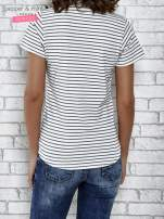 Biały t-shirt w paski z naszywkami                                  zdj.                                  4