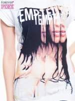 Biały t-shirt z blogerskim nadrukiem twarzy                                  zdj.                                  4
