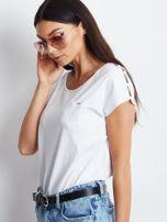 Biały t-shirt z kieszonką i guzikami na ramionach                                  zdj.                                  3
