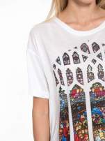 Biały t-shirt z motywem religijnym                                  zdj.                                  6