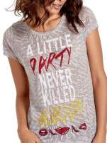 Biały t-shirt z napisem A LITTLE PARTY NEVER KILLED NOBODY                                                                          zdj.                                                                         5