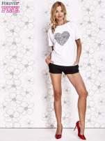 Biały t-shirt z napisem JE T'AIME i dekoltem na plecach                                  zdj.                                  2