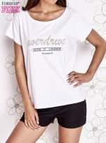 Biały t-shirt z napisem NEED IT LOUDER                                  zdj.                                  1
