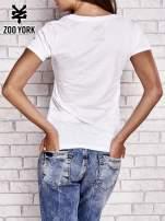 Biały t-shirt z naszytym napisem