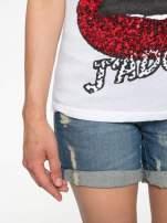 Biały t-shirt z ustami z cekinów i rękawami z siateczki