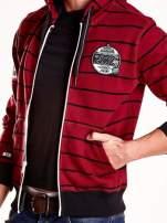 Bordowa bluza męska w paski z naszywkami