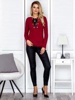 Bordowa bluzka damska ze sznurowanym dekoltem                                   zdj.                                  4