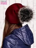 Bordowa czapka z futrzanym pomponem                                   zdj.                                  3