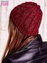 Bordowa czapka z metaliczną nicią
