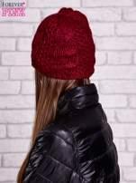 Bordowa czapka z warkoczowym splotem
