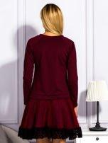 Bordowa sukienka z tiulową spódnicą                                  zdj.                                  2