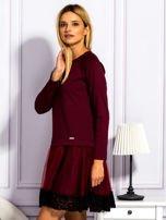 Bordowa sukienka z tiulową spódnicą                                  zdj.                                  3