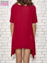 Bordowa sukienka z wydłużanymi bokami                                  zdj.                                  4