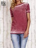 Bordowy t-shirt efekt acid wash                                  zdj.                                  1